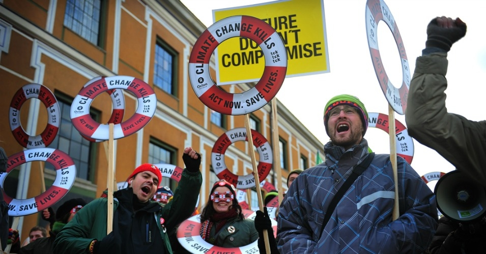 Demonstrators demand an ambitious climate deal from the UN climate conference in Copenhagen in 2009. (Photo: AinhoaGoma/Oxfam International/flickr/cc)