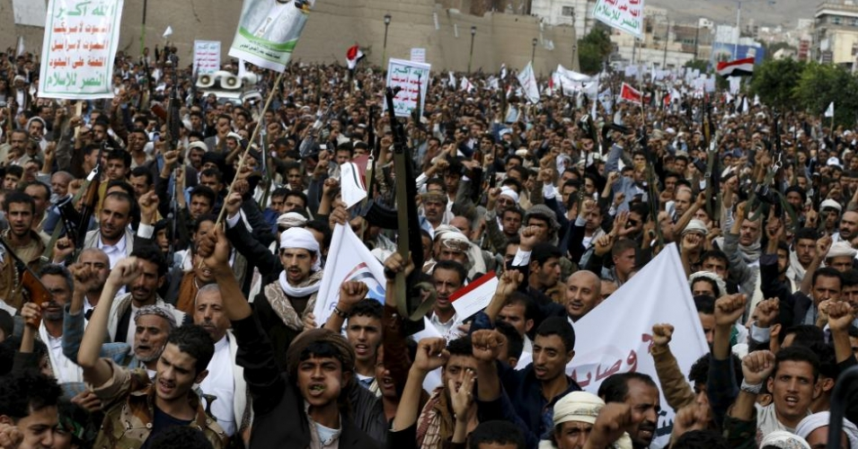 Houthi followers demonstrate against Saudi-led air strikes in Yemen's capital Sanaa July 24, 2015. A Saudi-led coalition of Arab states has been bombing the Iranian-allied Houthi rebel movement and army forces loyal to former Yemeni president Ali Abdullah Saleh since late March in a bid to restore exiled President Abd-Rabbu Mansour Hadi to power. (Photo: Reuters/Khaled Abdullah)