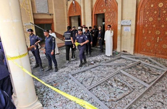 Kuwaiti police cordon off the mosque after the suicide bombing. (AFP/File)