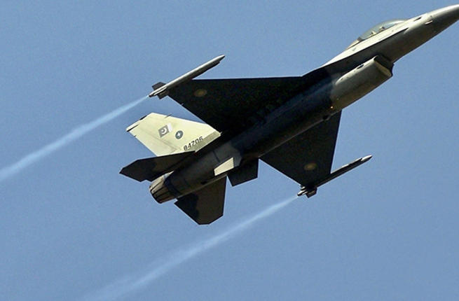 A Pakistani F-16 fighter jet performs in-flight maneuvers. (AFP/File)
