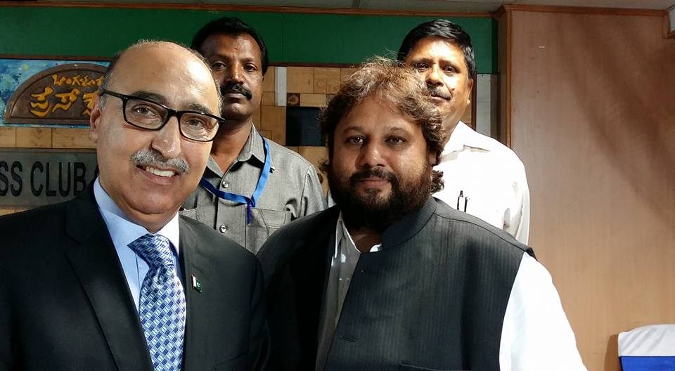 Pakistan High Commissioner to India Abdul Basit with Nasheman.in editor Rizwan Asad at a dinner hosted by Press club of Bangalore during his visit to Bengaluru on Wednesday