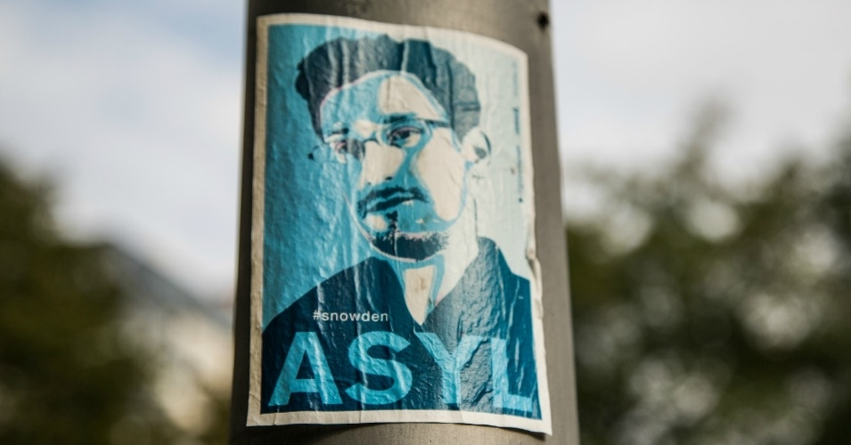 A sticker calling for asylum for Edward Snowden seen in Berlin. (Photo: Tony Webster/flickr/cc)