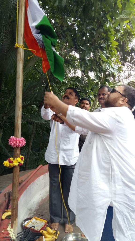 Editor-in-Chief of Nasheman.in, hoisting flag at the Press Club of Bangalore.